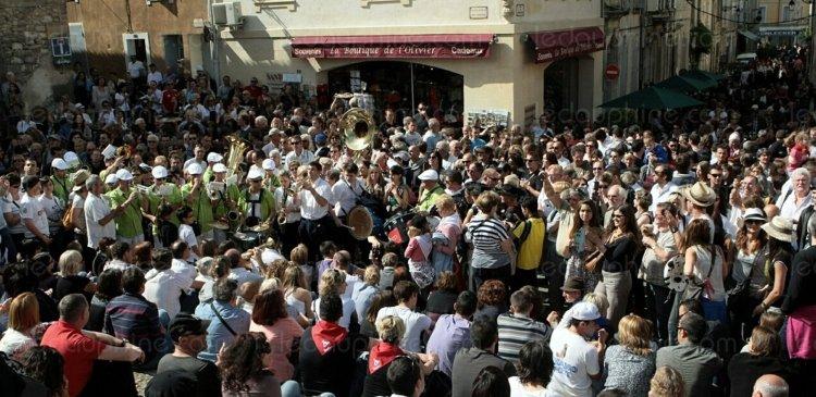 la-feria-d-arles-l-une-des-plus-grandes-manifestations-po-en-attendant-l-ouverture-des-portes-des-arenes