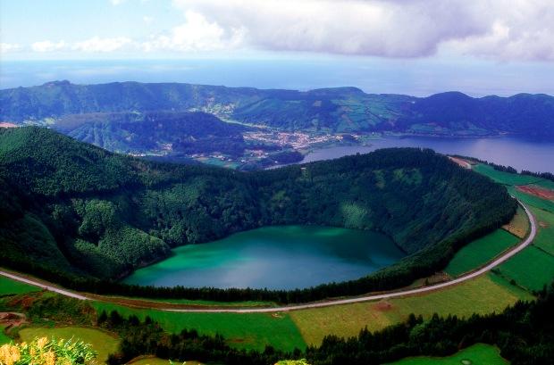 Landscape-in-S╞o-Miguel-island-Azores-by-Associacao-de-Turismo-dos-Acores-T09AUH3M